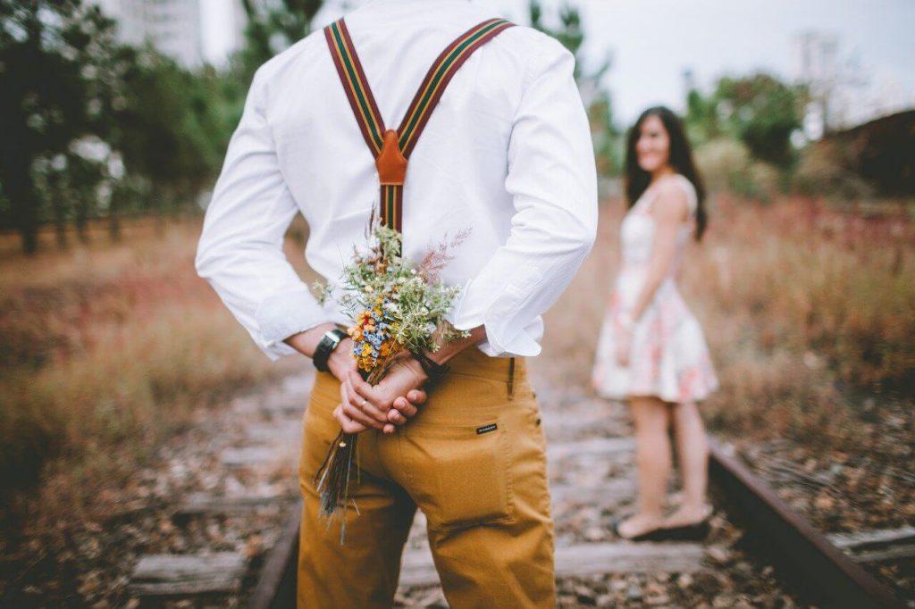 結婚記念日のプレゼントをサプライズで渡す男性